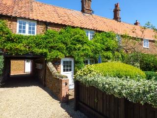 CASSIE'S COTTAGE close to beach, hand-made kitchen, off road parking in Heacham Ref 915103