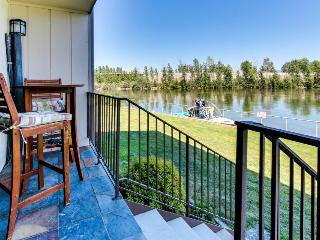 Luxurious, dog-friendly, waterfront getaway w/ free boat slip, shared pool