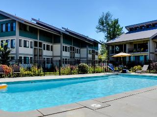 Luxurious waterfront getaway with bikes, shared pool & tennis - Dogs OK!, Sandpoint