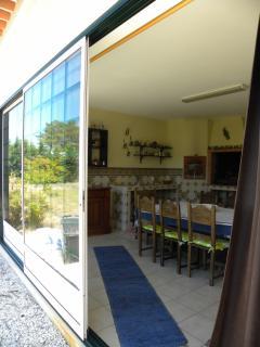 Entrée baies vitrées coulissantes de la cuisine d´été