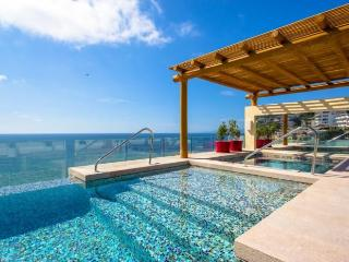 V177 Luxury Studio, steps from Beach, rooftop pool, Puerto Vallarta