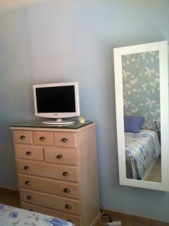 Dormitorio principal con TV pantalla plana 23'