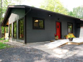 Marigold cabin by the stream -  Heart of Woodstock with Hot Tub & Fireplace
