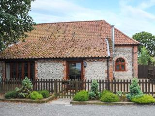 WOODMANS BARN, woodburning stove, exposed stonework, patio with furniture, near Cromer, Ref 905404