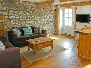 BEEKEEPER'S COTTAGE, surrounded by countryside, private patio, good for walking and cycling, near Pembroke, Ref 904775