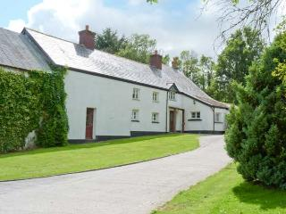 EASTCOTT FARMHOUSE, WiFi, Sky TV, en-suites, child-friendly cottage near Whitstone, Ref. 914524, Langdon