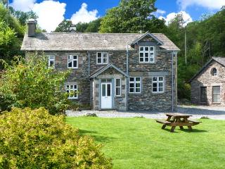 MILL COTTAGE, pet-friendly, 5000 acres of shared grounds, in Graythwaite