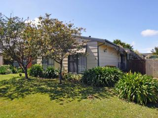COTTAGE ON THE GREEN, Inverloch