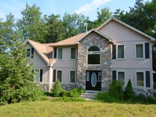 Beautiful Home-4bd, hot tub w/iPhone, pool table, Pocono Pines