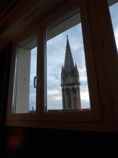 Vue sur le clocher de l'église Saint Sauveur au réveil....