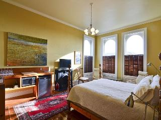 """Euro Flat"" Beautifully appointed room in Historic Building(Shared Bathroom)"