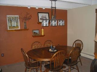 Dining space for 6, perfect for family games