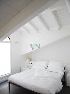Bedroom with a terrace on the lake