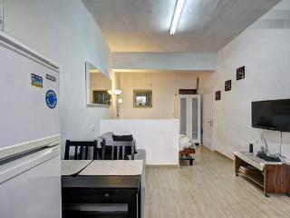 Centrally Located, Full Of Light Studio Apartment, Jerusalem