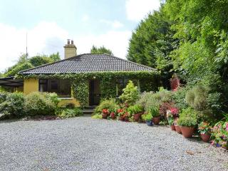 KERRIKYLE, pet-friendly, ground floor cottage with open fire, near Ardagh, Ref
