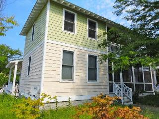 5/4 Cottage, Corner Lot with extra Parking Centrally Located to Beach, & Pool, Michigan City