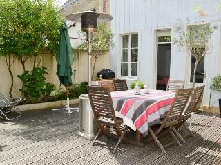 Terrasse de 42 m², équipée de parasols, transats, BBQ électrique et plancha à gaz