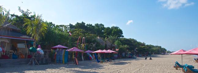 Beach bars Juice Park and La Plancha, 2 minutes walk from the villa