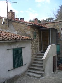 ingresso e terrazzino con ripostigliomsottoscala