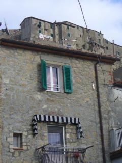 finestra della camera, con dietro 'la rocca medievale'