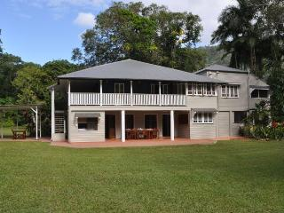 Zanzoo Retreat, 13 Acre Estate, pool, tennis court, Cairns