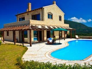 Luxury stone Villa with amazing views, Corfú
