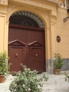 portone di ingresso del palazzo