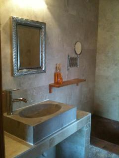 The sink, the mirror and the bath tube, all inspired in the mexican style.