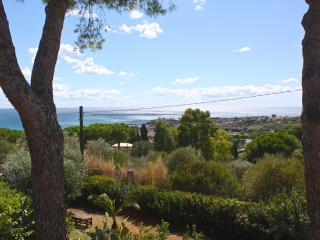 Casa in villa, giardino alberato, super vista mare