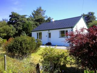 Cosy south Skye cottage with private garden, Isla de Skye