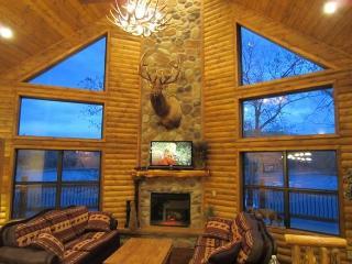 Luxury Lakefront Log Chalet~POOL~SLIP~50ft to Lake, Lampe