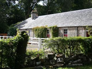 Riverside cottage with hot tub near Stirling