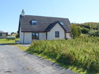 SEALLADH AN LOCHA COTTAGE, detached, en-suite, parking, private patio, near Portree, Ref 913911