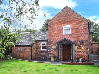TOP STABLE COTTAGE, pet-friendly, rural views, en-suite bathroom, romantic