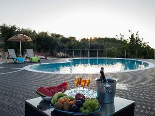 VILLA FANELLI Luxury Trulli with pool 8 sleepings, Castellana Grotte