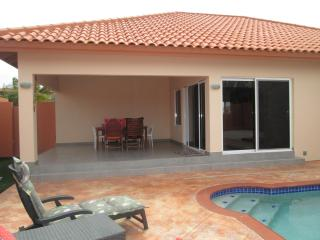 SUPER CLEAN BRANDNEW VILLA and pool USD 175,00, Aruba