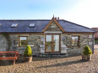 DAFFODILL COTTAGE, open fire, enclosed courtyard with furniture, stunning views, Ref 914880, Tinahely