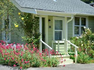 Arcata's Relaxing Lemon Tree Cottage - Walk to HSU & Beautiful, Private Yard
