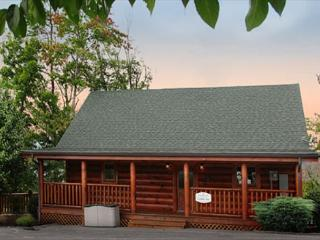 Cuddle Inn 1BR cabin, sleeps 6, Resort Indoor/Outdoor Pools and Mini-Golf, Sevierville