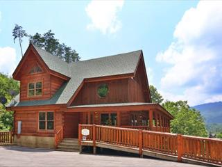 4BR Cabin, Newly Furnished, Floor to Ceiling Fireplace, Canopy Bed in Master,, Sevierville