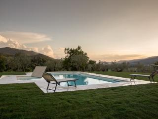 Gaggioleto, magnificent panoramic villa among the singular hills of Cortona.
