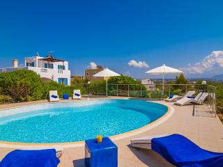 Villa Ble, a  spacious 4 bedroom  villa in Stavros, La Canea