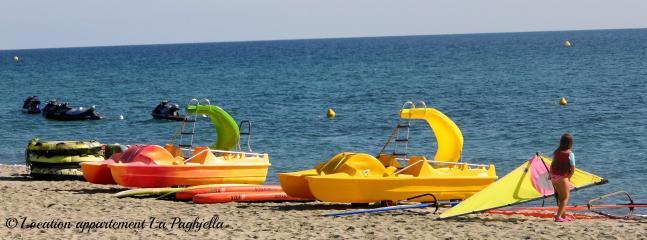 Activités nautiques sur la plage de Moriani.