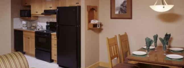 cocina totalmente equipada con lavavajillas y cocina completa y nevera