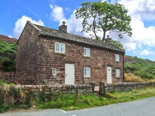 ROACHSIDE COTTAGE, luxury detached cottage, woodburner, slipper bath, country views, near Leek, Ref 912311, Upper Hulme