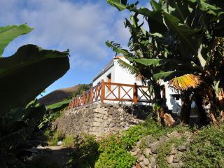 CASA RURAL 'EL ARENAL' Situada en el centro del valle, rodeada de plataneras