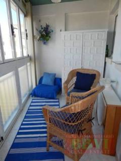 petit salle-chambre avec le fouteille pour 1 personne