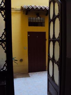 Entrata indipendente all'appartamento con cortile di proprietà esclusiva.
