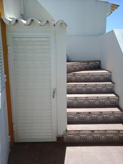 L'escalier qui permet d'accéder à la terrasse sur le toit servant de solarium