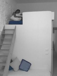 camera da letto con letto sul soppalco